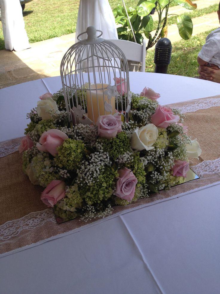 Centro de mesa con rosas.