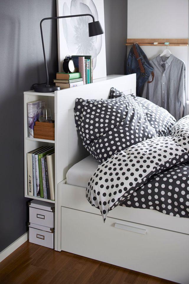 On pense à une tête de lit astucieuse pour tout ranger.