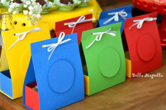 Essas embalagens são mesmo um charme, super coloridas e divertidas e dão um toque muito especial na decoração da sua mesa principal!    Pode ser recheada com vários tipos de guloseimas a sua escolha!