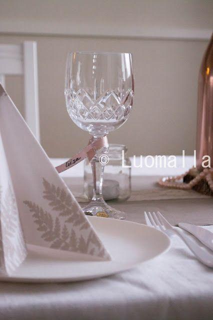 Luomalla-blogin romanttista ruusukultaa hääkattaus-kokeilussa. Dunin Filix-lautasliina ja Ecoecho- sarjan lautaset.