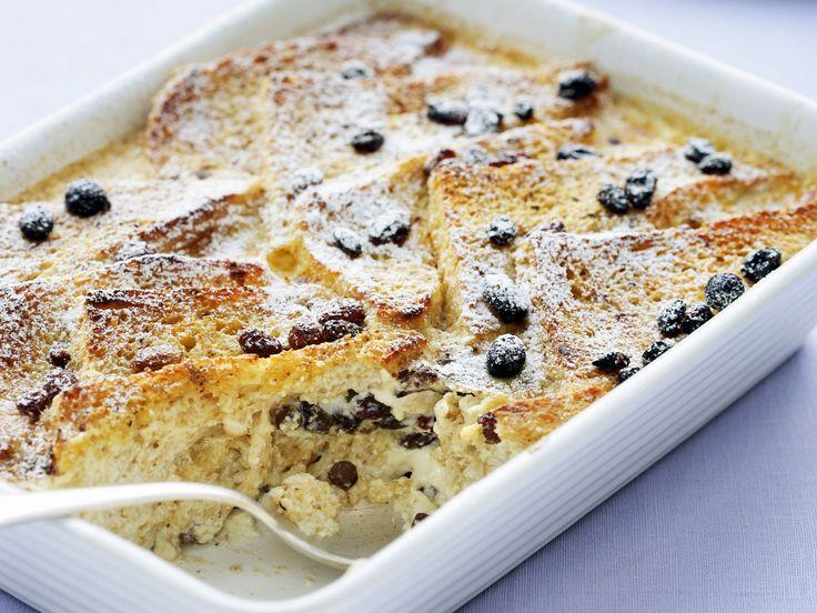 Englischer Brotpudding      Butter für die Form      12 Scheiben Toastbrot oder eckiges Weißbrot      50 g Butter      100 g Rosinen      5 Eier      2 EL Puderzucker      2 EL Vanillezucker      200 ml Schlagsahne      250 ml Milch      Zucker zum Bestreuen
