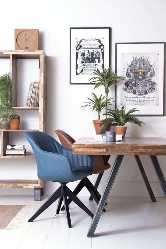 Een stoere sfeer creëren rond de eettafel? Met stoel Jules ontstaat een stoere en warme eethoek. De kuipstoel met industriële kruispoot is draaibaar. De kuip is bekleed met PU-leder (lederlook) en verkrijgbaar in: antraciet, bruin, blauw en cognac. Bestel eenvoudig bij van de Pol Meubelen.