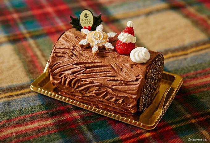Q-pot CAFE.から、イチゴサンタが乗ったクリスマスケーキ「ブッシュ・ド・ノエル」登場   ファッションプレス