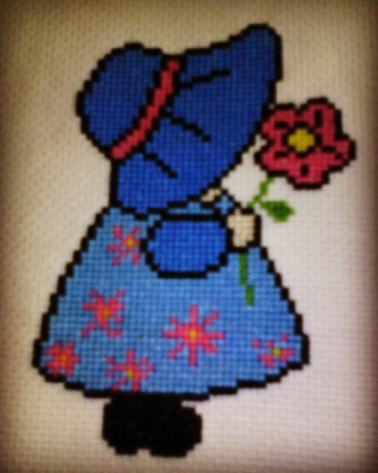 """""""Sunbonnet au point de croix. #diy #pointdecroix #pointdecroixaddict #crossstitch #crossstitchaddict #sunbonnet #fleur #flower #bleu #blue #petitefille…"""""""