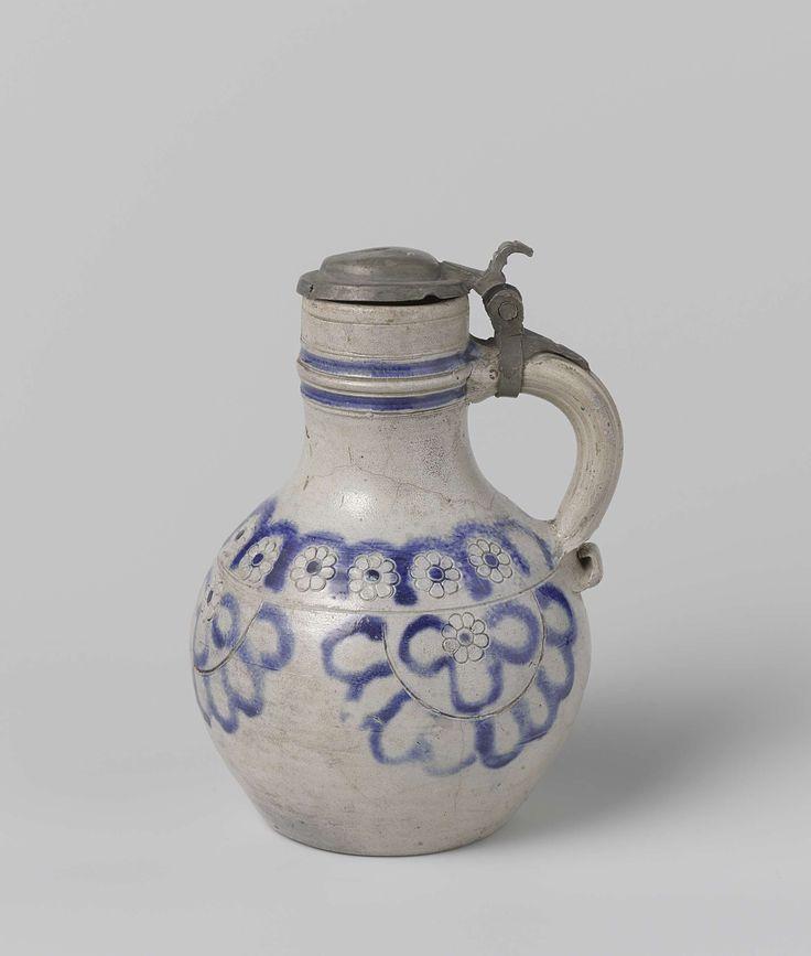 Anonymous | Kan, Anonymous, 1650 - 1700 | Kan van steengoed met tinnen deksel. Het lichaam is peervormig. Op de buik zijn in blauw 3 halve rozetten geschilderd. Op de schouder een rij dezelfde rozetten.