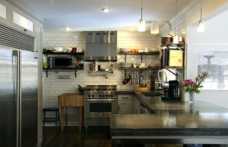 Cucina Master da 70 cm inserita in un ambiente moderno, disegnato su misura, con piano di lavoro in cemento e mobili fatti con legno recuperato da un vecchio fienile.