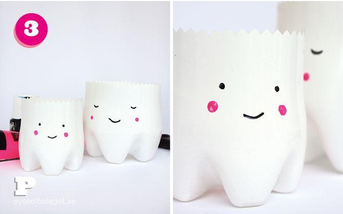 Tenemos para ti este tutorial tan monisimo y adorable para que los peques para que puedan poner su diente de leche al caerse, y no debajo de la almohada como se hacia tradicionalmente. Así que vamos a traducir el tutorial ya que esta en Sueco. DIY potes de plástico para los cepillos de dientes y dientes de leche!!   Botella de plástico grande y otra pequeña Pintura aerosol color Blanco a base de agua Tijeras zig-zag Pintura acrilica negra y rosa o retulador permanente negro y rosa Pincel…
