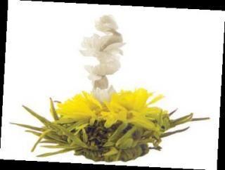 """Bouquet a forma di Buddha seduto su di un loto, composto di germogli di Tè Verde provenienti dalle piantagioni del Guzhang, situate ad un'altitudine compresa tra i 600 e i 1000 metri, uniti ai fiori di calendula e di amaranto.  Il nome """"amaranto"""" deriva dal greco amarantos e cioè """"che non appassisce""""."""
