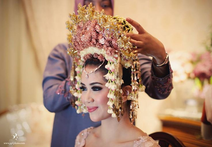 Minang wedding with suntiang. Kebaya by Ferry Sunarto - www.thebridedept.com #kebaya #kebayamodern #indonesia #ferrysunarto #designer #designerindonesia #pernikahan #wedding