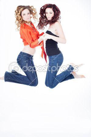 Красивые сестры-близнецы прыжки — Стоковое фото © DeborahKolb #13904137