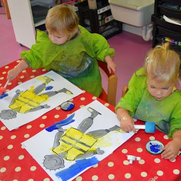 Peuters thema verkeer: Jules met fluohesje aan: beschilderen met gele verf EN glow-in-the-dark-verf en donkere lucht errond. Www.jufanneleen.com