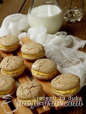 Potreban materijal: 4 jaja 400g kristal šećera 4 kašika soka od limuna 400g mlevenih oraha 2 kesice vanilin šećera 250g šećera u prahu 125g maslaca Priprema: Zagrejati rernu na 120C. Odvojiti belanca od žumanaca. U čvrst sneg mikserom umutiti belanca, postepeno dodavajući kristal šećer, sok od limuna i na kraju lagano umešati mlevene orahe. Pleh …