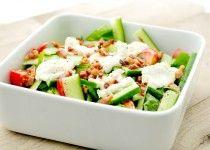 Spinazie salade met tomaten, komkommer en geitenkaas, appel, honing, gedroogde tomaatjes ipv spekjes