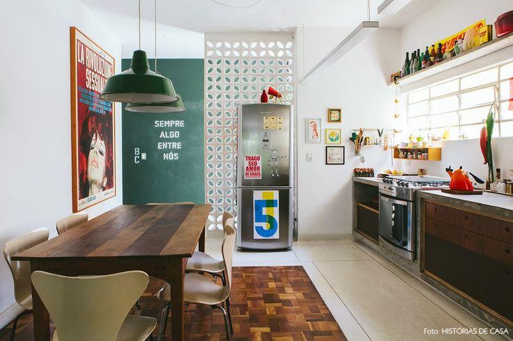 uma cozinha integrada com referências modernistas, como piso de granilite…