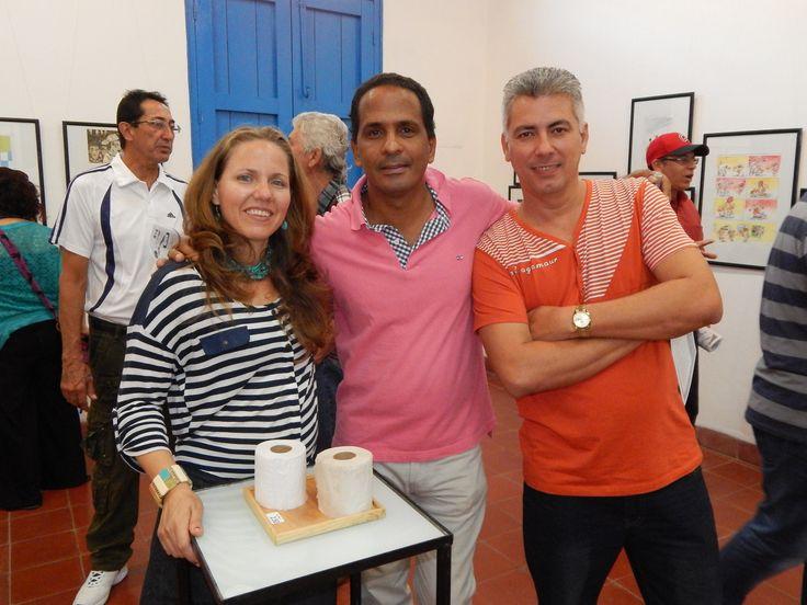 Con Osval frente a mi obra Papel Gaceta/Papel Bond. Dic 2014.