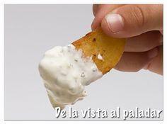 """Salsa para patatas fritas """"De lujo""""   Ingredientes:  100 gr. de queso crema  150 gr. de mayonesa  1 cucharada de cebolleta fresca picada  1 cucharadita de albahaca seca  1 cucharadita de orégano seco  ½ cucharadita de mostaza  Sal   Elaboración:  Poner en un cuenco todos los ingredientes y mezclar enérgicamente con una varilla. Rectificar de sal.  Guardar en el frigorífico hasta el momento de su uso."""