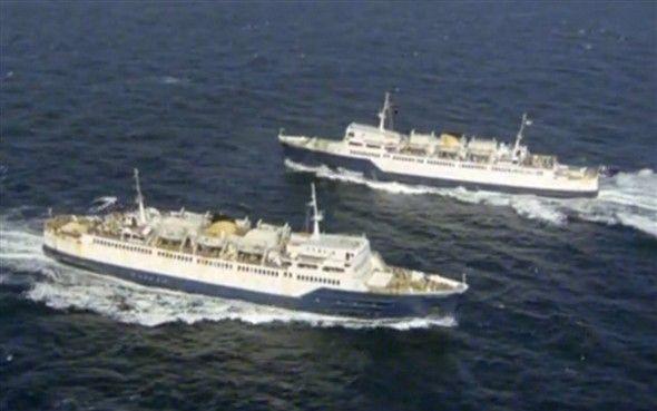 Photo:The V twins meet at sea