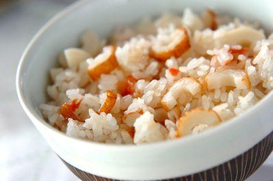 ちくわと梅の炊き込みご飯 材料 2 人分 ▼ ちくわ 2本 梅干し 1個 お米 1.5合 酒 大さじ1.5 ※下準備や作り方内に記載されている材料の分量や加熱時間等は2人分を基準に記載しています。 下準備 ちくわは縦半分に切り、さらに幅5mmに切る。 ちくわと梅の炊き込みご飯の下準備1 お米は水洗いし、ザルに上げる。 作り方 1 炊飯器に洗ったお米、酒、分量外の水を通常に炊く水量線まで加える。ちくわ、梅干しをのせ、スイッチを入れて普通に炊く。 2 炊き上がったら10分蒸らし、梅干しの種を取る。全体にサックリと混ぜ合わせ、器に盛る。 このレシピのポイント・コツ ・お米の洗い方。ボウルにお米を計量し、たっぷりの水を入れ、混ぜずにすぐに水を流します。ひたひたまで水を入れて両手でお米をすくい取り、すり合わせるように軽くお米とお米を何回かこすります。にごった水を流し、蛇口から水を勢いよく加え、白濁しなくなるまでこれを何度か繰り返してザルに上げます。最初に入れる水を最もお米が吸収しやすいので、より良質な水を使う事をおすすめします。