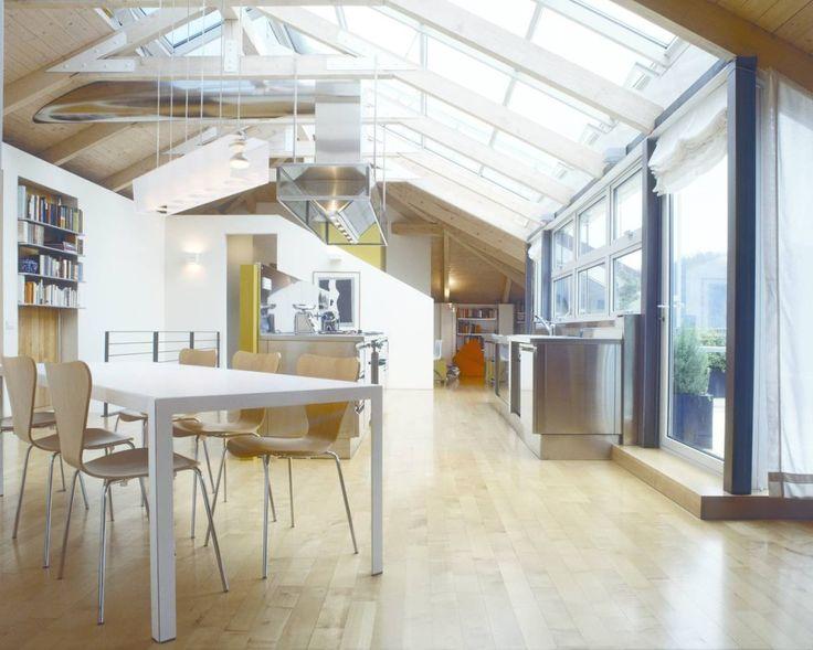 """Pareti di vetro Giochi di piani prospettici e superfici trasparenti amplificano gli spazi di un sottotetto. Il living si trasforma in una virtuale """"piazza all'aperto""""  Scopri di più qui http://www.comeristrutturarelacasa.it/pareti-di-vetro/  #homedesign #designinterior #homedecor #casa #mansarda #attico #ristrutturazione #luce"""