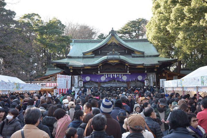 都心からのアクセスが抜群な、「東京のへそ」の杉並区にある大宮八幡宮は、戌の日の安産祈願や子育て・縁結びにご利益があると有名です。康平六年(1063年)に京都の石清水八幡宮からの御分霊により創建された歴史ある神社。第15代應神天皇(おうじんてんのう)と父・仲哀天皇(ちゅうあいてんのう)、母・神功皇后(じんぐうこうごう)が祀られています。