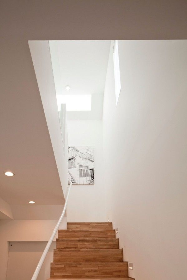 Wooden Stairs Case from White Modern Interior Design by RCK Design in Tokyo 600x901 White Modern Interior Design by RCK Design in Tokyo