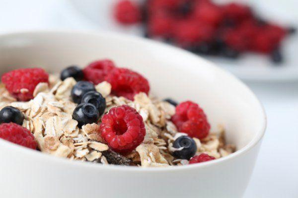 Овсянка – это один из самых здоровых продуктов питания. В ней содержится большое количество клетчатки, которая ускоряет метаболизм. Кроме этого, овсянка хорошо подавляет аппетит. Тарелка овсянки на завтрак поможет тебе протянуть до обеда без необходимости перекусывать.