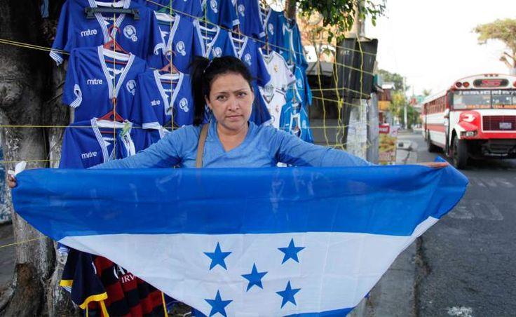 La bandera de Honduras flamea en San Salvador La camisa de la Bicolor la puedes adquirir a 12 dólares en las afueras del Cuscatlán. - Diario Diez