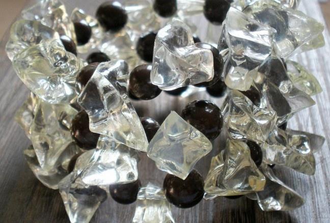 Mega mohutný náramok a pritom tak ľahučký! Pozostáva z čokoládovo hnedých akrylových perličiek a veľkých akrylových kryštálikoch v jemne pepermintovom odtieni.  Univerzálna veľkosť, bez zapínania.