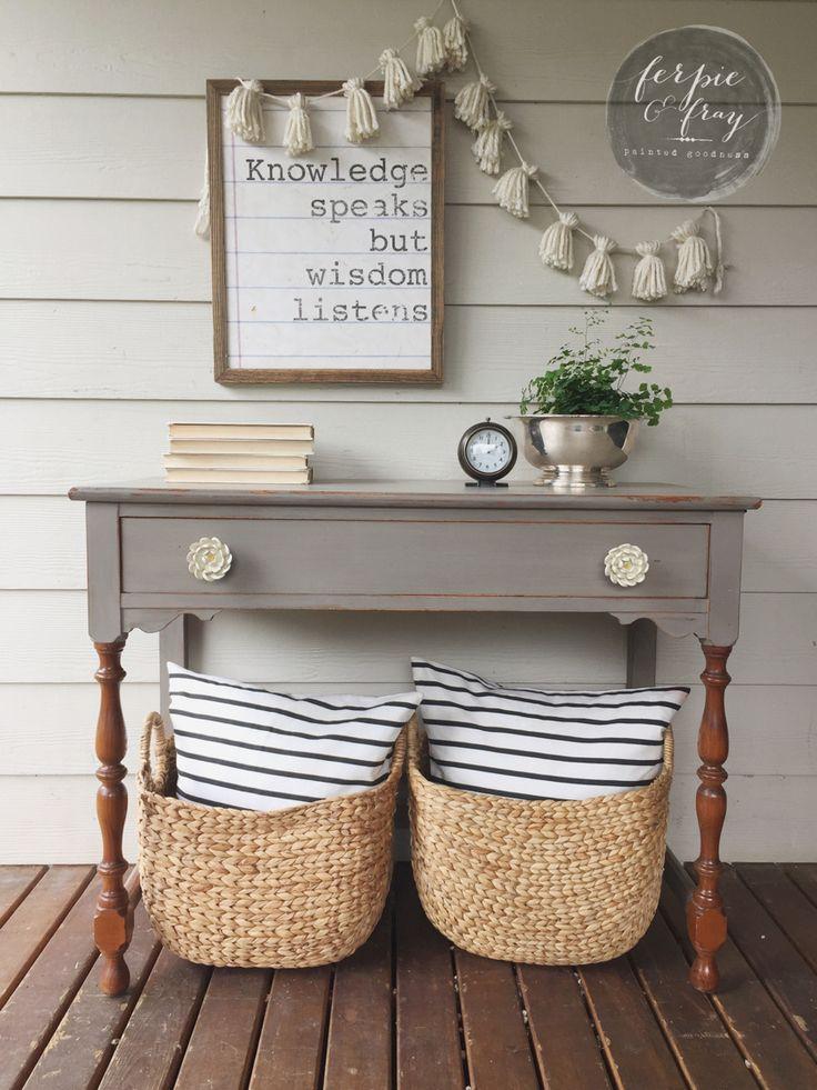 Que bonita consola para dar la bienvenida al hogar. Nunca me hubiera planteado la madera con este color gris, me gusta!!!!