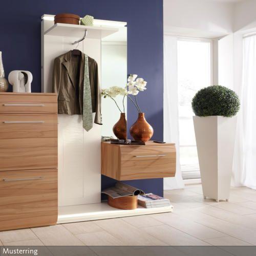 Schuhe und Jacken müssen hier nicht lang gesucht werden: In dem Garderoben-System aus Holz findet alles seinen Platz.. In Kombination mit einer farbigen Wand und…
