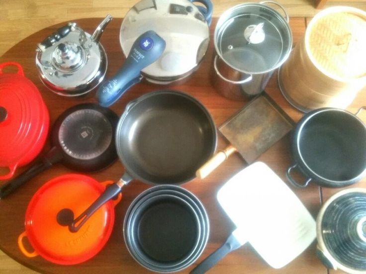 毎日のお料理に使う、鍋やフライパン。 家にはどれくらいあるのか、数えたことがありますか? どんなことにポイントを置いて、収納していますか?  わが家の数は、一般的な家庭の平均より多いかもしれません。 そして、わが家のような開き戸タイプの古いキッチンは、使いにくいと思われがちです。  それでも、沢山の鍋はまんべんなく全て使っていますし、自分なりの収納法でとても使いやすいです。 そんなわが家の鍋の収納方法をご紹介します。
