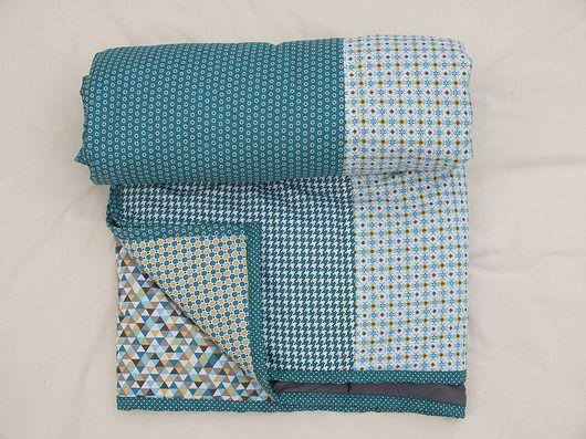 Narzuta- kołdra w ręcznie pikowana. Składa się z pasów bawełnianej tkaniny o różnych wzorach w tej samej kolorystyce. Spód: szara bawełna. Przewidziana jako narzuta na pojedyncze łóżko lub pled. Rozmiar: 240x150 cm ...