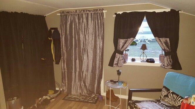 Garderoben är klar liksom draperi för dörren och gardinen.