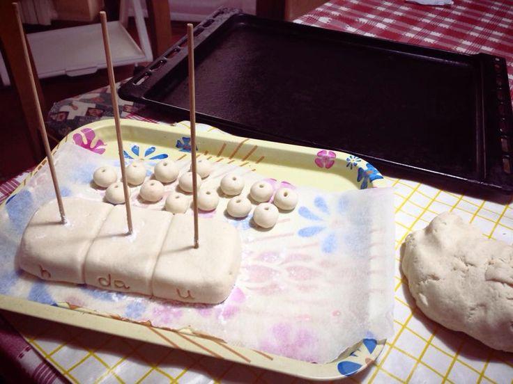 """""""Io non inforno torte... Inforno abaci!""""  ..In mancanza di un abaco a scuola ho deciso di crearlo con la pasta di sale: ➖ 2 bicchieri di sale fino; ➖ 1,5 bicchieri di acqua tiepida; ➖ 4 bicchieri di farina. (In costruzione)"""