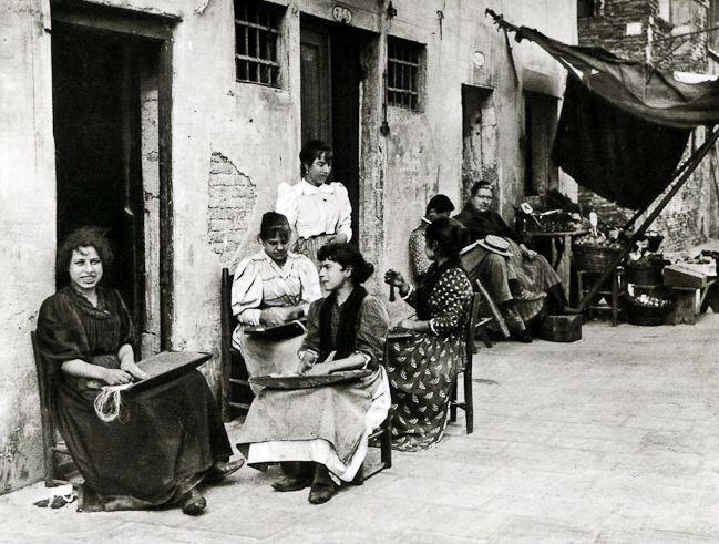 Anonimo, Lavoratrici di perle di vetro, Venezia 1900 ca., gelatina al bromuro d'argento 215x280