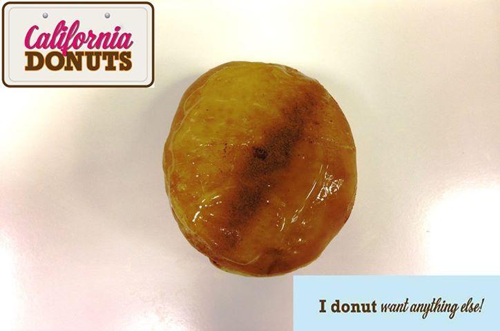 """Όταν ακούς το όνομα ποια είναι η πρώτη εικόνα που σου έρχεται στο μυαλό; Πικάντικο, χυμώδες θηλυκό ντυμένο στα λευκά να περπατάει στον υπόγειο σιδηρόδρομο. Το ίδιο σκεφτήκαμε και εμείς όταν παρασκευάσαμε το """"Marilyn Donut"""" . Έχει επικάλυψη άχνης ζάχαρης κανέλας και πλούσια γέμιση μήλου. Το απόλυτο… donut!"""