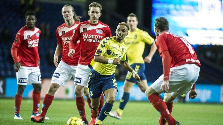 Brøndbys Frederik Holst er imponeret af de medspillere, som ligger højere oppe på banen end han selv. Her er det Hany Mukhtar (gul trøje).