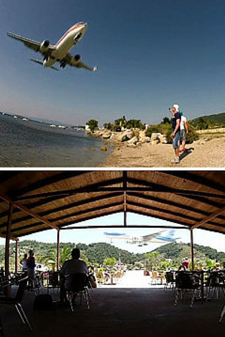 """""""Samoloty lecą tuż nad głowami, trudno utrzymać się na nogach"""". Niesamowite nagranie z Grecji. http://kontakt24.tvn24.pl/najnowsze/samoloty-leca-tuz-nad-glowami-trudno-utrzymac-sie-na-nogach-niesamowite-nagranie-z-grecji,172724.html"""