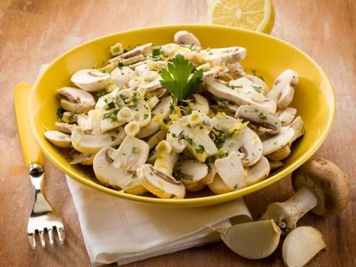 Salade de champignons crus au yaourt : Recette de Salade de champignons crus au yaourt - Marmiton