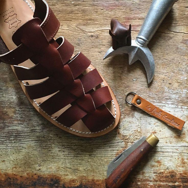 Vores klassiske herre sandal - fås i brun eller sort læder. Skal gåes til så læderet former sig efter dine fødder. Fremstillet i Frankrig af La Botte Gardiane #labottegardiane