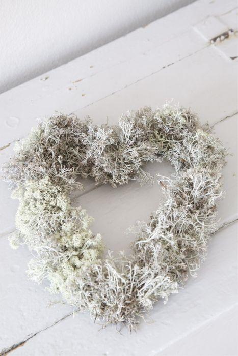 Herz oder Kranz aus Moosen kann mit Schneespray vorsichtig gefärbt werden