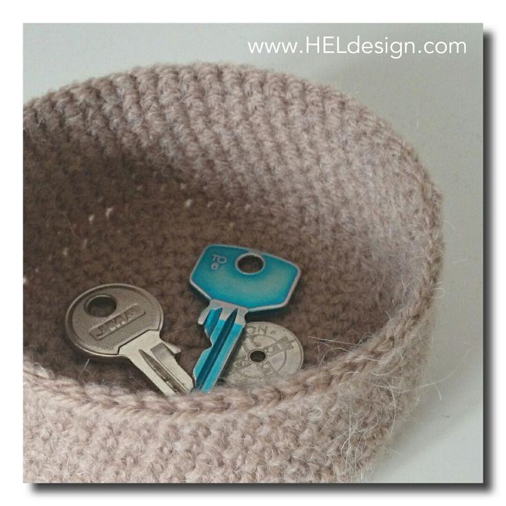 Lag en søt liten kurv til nøklene, myntene eller andre småting. Eller lag den større og bruk den til skål eller potteskjuler. Bruksområdene er uendelige! DESIGN OG OPPSKRIFT: HEGE ESPELAND LYGRE Vær snill åsett deg inn ivilkårenefor bruk av mine hekleoppskrifter. Dette trenger du: Restegarn Heklenål- Nr. 3 eller den heklenålen du trenger for at…