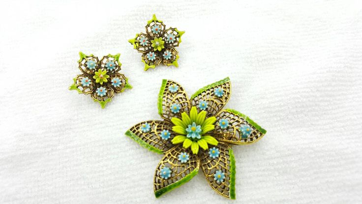 Art Signed Lime and Soft Blue Floral Brooch and Clip Earrings #jewellery #etsyseller #lucylucylemon
