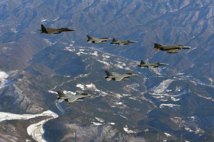Esercitazione di una formazione di #aerei da guerra in #Corea del Sud. Seul ha alzato i livelli di allerta in seguito all'annuncio del lancio di un satellite nord-coreano che potrebbe essere funzionale al lancio di missili balistici. (© Ansa)