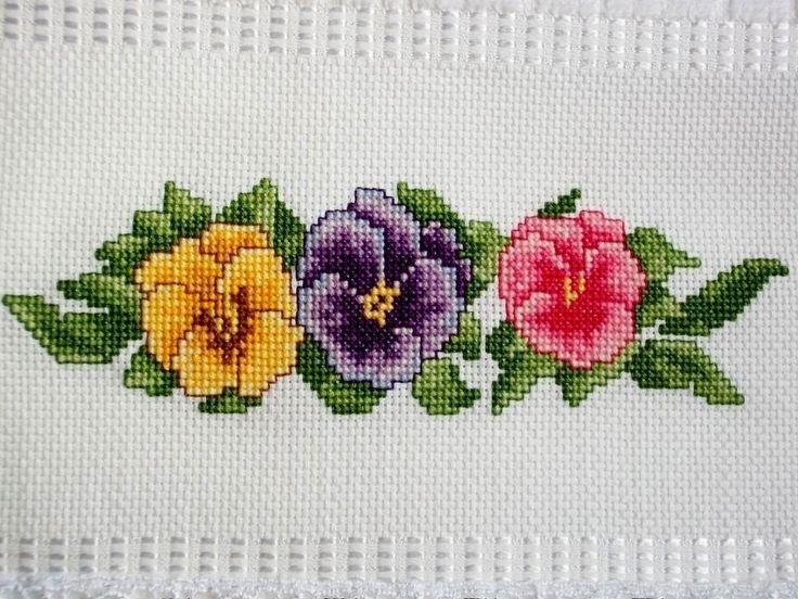 Toalha aveludada Dohler com aplicação de renda guipir no barrado.    Amor perfeito é uma flor tão delicada e colorida! Perfeita para dar um charme ao seu lavabo.    A RENDA GUIPIR PODE VARIAR CONFORME DISPONIBILIDADE