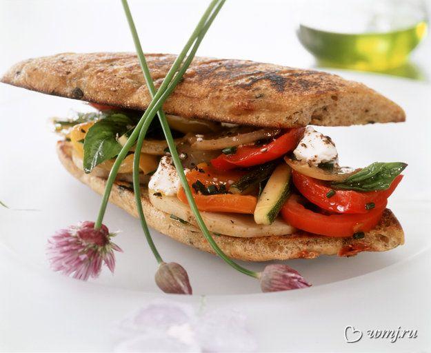 Сэндвич с  помидорами, грибами и рукколой