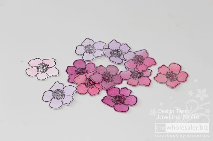 I loved making spring flowers using the exquisite pearl powder – it's the perfect addition to make anything sparkle and shine! Follow this step-by-step here