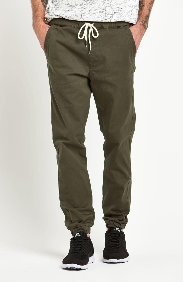 Nohavice chino z príjemnej bavlny od značky Jack & Jones. Voľný strih, pásec so šnúrkou na stiahnutie, bočné vrecká a pružné manžety na koncoch.