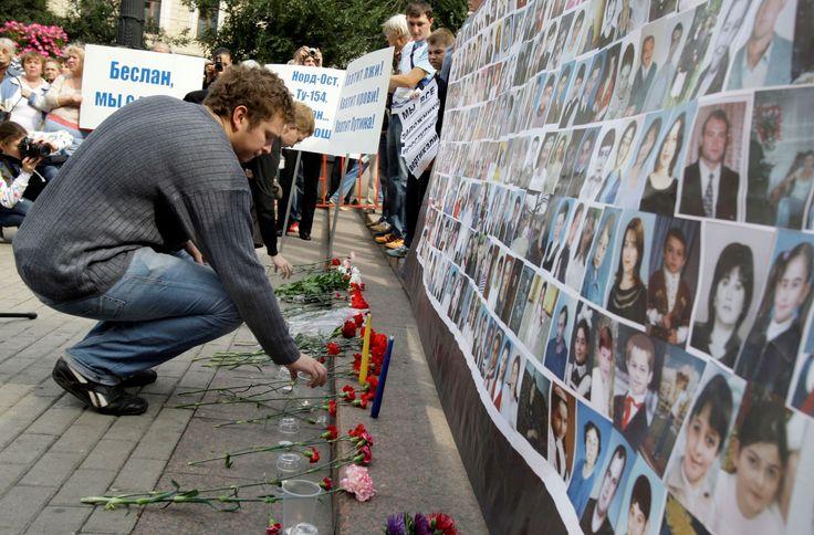 MASSACRE NA ESCOLA DE BESLAN (2004) Um grupo de militantes atacou a escola de Beslan, na Ossétia do Norte, na Rússia, no dia 1º de setembro de 2004, mantendo mais de mil reféns. Os terroristas lutavam pela independência da Chechênia. A ação demorou três dias, até que as forças russas atacassem a escolha. Morreram 385 pessoas, incluindo 186 crianças.