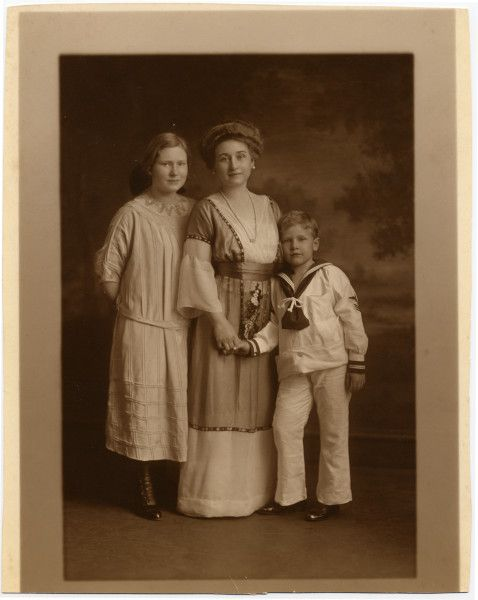 Jessie Lincoln Beckwith, second daughter of Robert Todd Lincoln, with her children Peggy and Robert